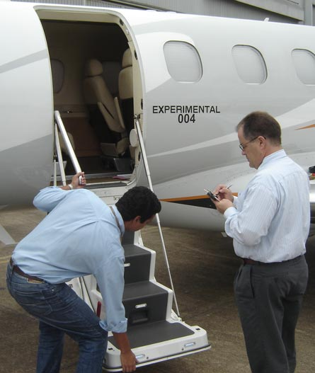 Phenom 300 flight test: steps ©Embraer