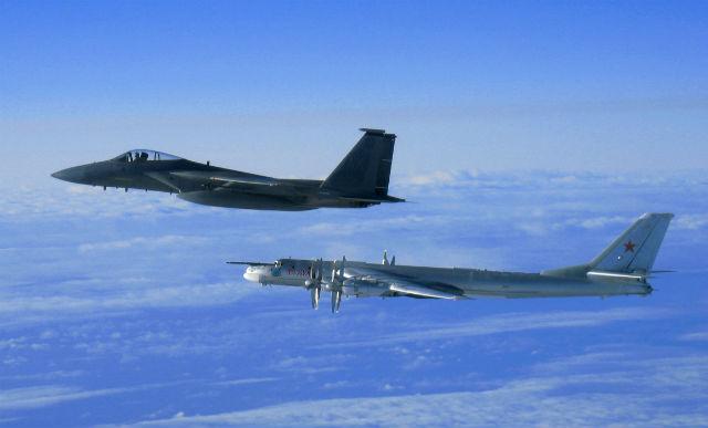 Tu-95 and F-15 Alaska c USAF