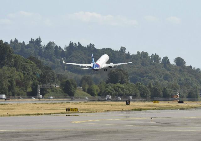 Sriwijaya 737-900ER take off