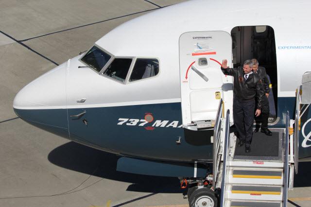 737 Max 7 crew