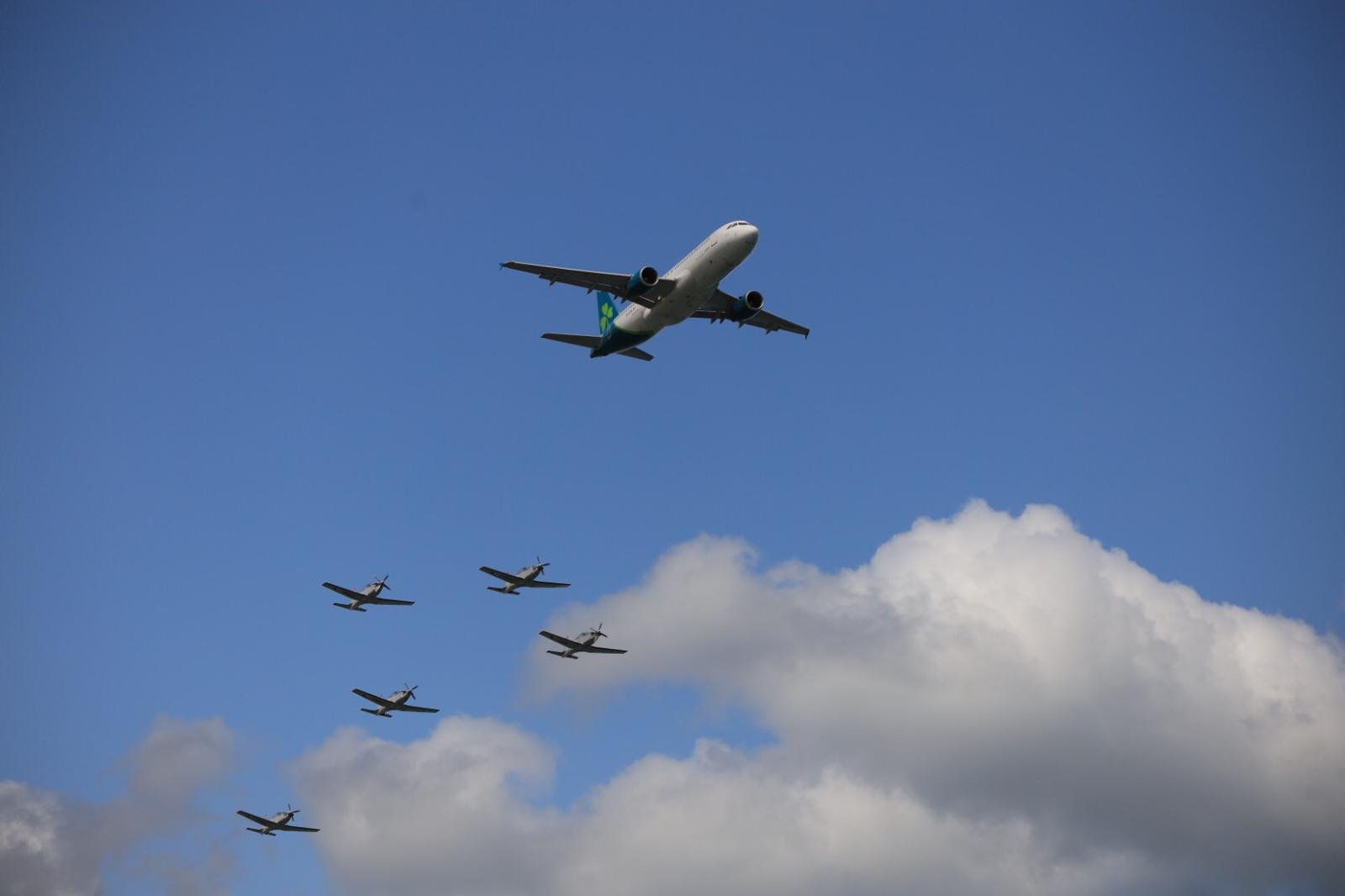 Aer Lingus jet flying in formation with the Irish