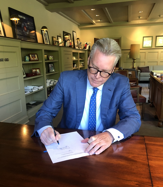 Ed Bastian signing (c) Delta